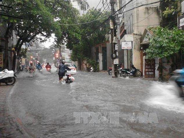 Ngập úng nhiều tuyến phố ở Hà Nội sau cơn mưa lớn. Ảnh minh họa: TTXVN